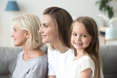 Drie generaties van vrouwen met het kleine meisje stellen voor beeld stock afbeeldingen