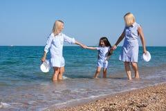 Drie generaties van vrouwen op het strand Stock Foto's