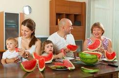 Drie generatiesfamilie die watermeloen eten Royalty-vrije Stock Afbeeldingen