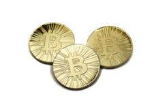 Drie glanzende bitcoinmuntstukken op witte achtergrond Stock Afbeelding
