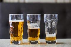 Drie glazen licht bier Stock Afbeelding