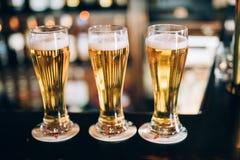 Drie glazen met bieren in een bar royalty-vrije stock afbeelding
