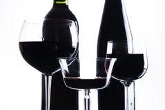 Drie glazen met rode wijn en fles Royalty-vrije Stock Foto