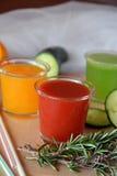 Drie glazen van verse smoothie met tomaat, sinaasappel en komkommer Stock Foto