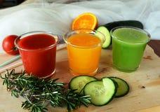 Drie glazen van verse smoothie met tomaat, sinaasappel en komkommer Stock Afbeelding