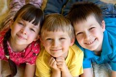 Drie glimlachende kinderen Royalty-vrije Stock Afbeelding