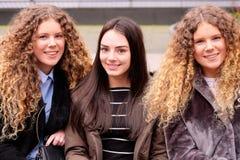 Drie glimlachende meisjes Royalty-vrije Stock Afbeeldingen