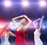 Drie glimlachende vrouwen die in de club dansen royalty-vrije stock fotografie