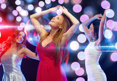 Drie glimlachende vrouwen die in de club dansen royalty-vrije stock afbeelding