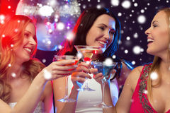 Drie glimlachende vrouwen met cocktails en discobal Stock Fotografie