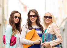 Drie glimlachende vrouwen met zakken in de stad royalty-vrije stock foto's