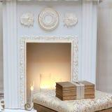 Drie gouden boeken op de poef dichtbij de haard Stock Afbeeldingen