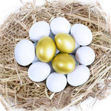 Drie gouden eieren in nest Stock Foto
