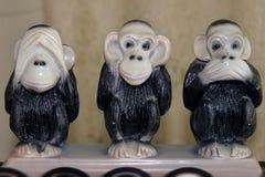 Drie grappige aapstandbeelden in divers stelt royalty-vrije stock afbeeldingen