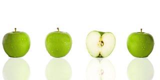 Drie groene appelen en de helft Royalty-vrije Stock Foto
