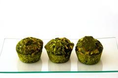 Drie groene cakes op een glasdienblad stock fotografie