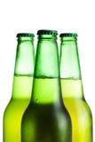 Drie groene geïsoleerdei bierflessen Stock Fotografie