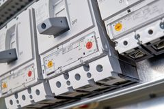 Drie grote, moderne, krachtige stroomonderbrekers in het elektrokabinet royalty-vrije stock foto's