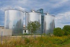 Drie grote regelende tanks voor de behandelings van afvalwaterinstallatie royalty-vrije stock foto