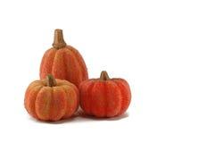 Drie heldere oranje pompoenen - dankzeggingsdecoratie Stock Afbeelding