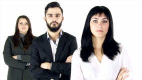 Drie het bedrijfsmensen ernstige dan geïsoleerd glimlachen stock video
