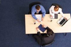 Drie het bedrijfsmensen samenkomen Stock Afbeeldingen