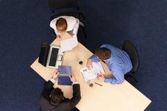 Drie het bedrijfsmensen samenkomen Royalty-vrije Stock Afbeelding