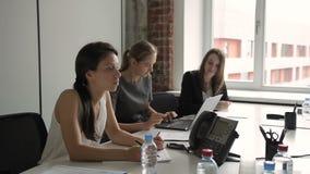 Drie het bedrijfsvrouwenwerk voor laptop na het opnemen van flitskaart stock video