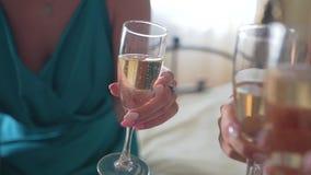 Drie het gerinkelglazen van meisjemeisjes champagne Wat betreft ogenblik stock video