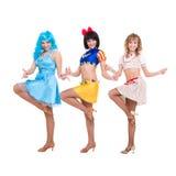 Drie het glimlachen meisjes het dansen Stock Fotografie