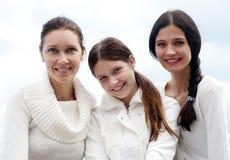 Drie het jonge womans genieten van Stock Foto