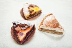 Drie het mooie heerlijke close-up van de bessencake op een witte achtergrond royalty-vrije stock foto's