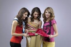 Drie het mooie vrouwen winkelen Stock Afbeeldingen