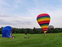 Drie hete luchtballons op de weide Royalty-vrije Stock Afbeelding
