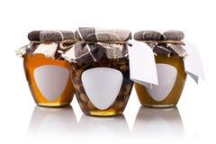 Drie honingskruiken met lege etiketten Stock Afbeelding