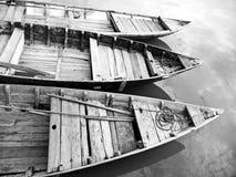 Drie houten boten stock fotografie