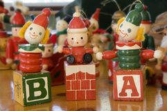 Drie houten Kerstmisornamenten Stock Afbeeldingen