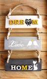 Drie houten paneelteken met `-de liefde` bericht van de huis` ` droom ` ` op houten achtergrond Stock Foto