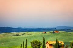 Drie huizen in het landschap van Toscanië, Italië Royalty-vrije Stock Foto's