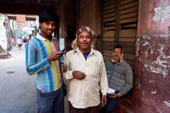 Drie Indische vrienden van verschillende leeftijdenbespreking outsid royalty-vrije stock foto's