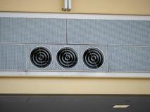 Drie industriële koele fans van de ventilatiebuis zitten hoog in luchthaven het plaatsen stock foto