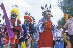 Drie Inheemse Amerikanen in het volledige kostuum presteren royalty-vrije stock foto