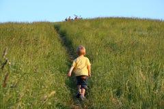 Drie jaar het oude jongen lopen Stock Afbeelding
