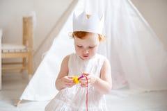 Drie-jaar-oud meisje in de kroonspelen Royalty-vrije Stock Fotografie