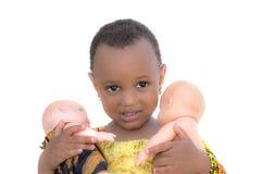 Drie-jaar-oud meisje die twee geïsoleerde poppen houden, Royalty-vrije Stock Foto's