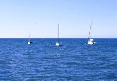 Drie jachten in het overzees Stock Foto