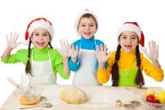 Drie jonge geitjes met het koken van Kerstmis royalty-vrije stock afbeeldingen