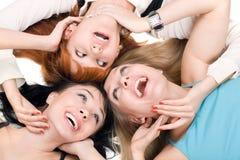 Drie jonge glimlachende vrouwen Royalty-vrije Stock Afbeeldingen