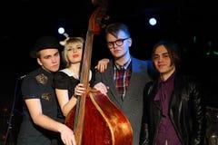 Drie jonge mannen en de vrouw van muziekband stellen Royalty-vrije Stock Foto