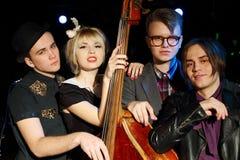 Drie jonge mannen en mooie vrouw met contrabas Stock Afbeelding